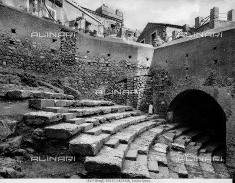 BGA-F-016011-0000 - Teatro di Catania; i resti romani sono sovrapposti ad un teatro greco di età classica - Data dello scatto: 1915-1920 ca. - Archivi Alinari, Firenze