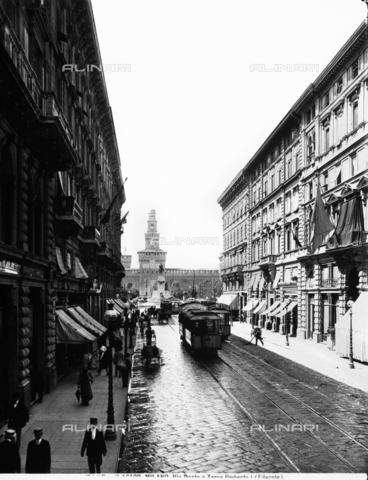 BGA-F-016100-0000 - Via Dante (Dante Street) in Milan: in the background the Sforzesco Castle Tower by Filarete.