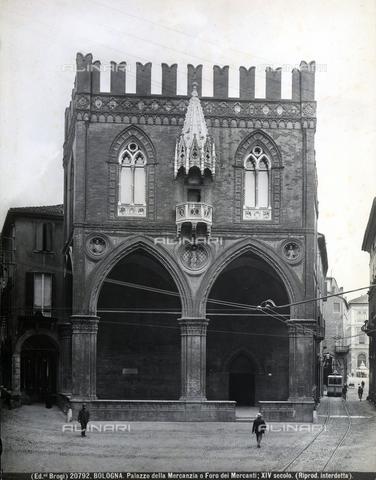 BGA-F-020792-0000 - Faà§ade of the Palazzo della Mercanzia (detail), Bologna.