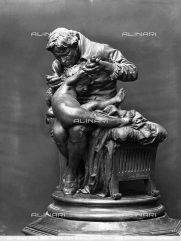 BGA-F-022912-0000 - Jenner inocula il vaccino del vaiolo al figlio, scultura di Giulio Monteverde situata nella Galleria d' Arte Moderna di Roma - Data dello scatto: 1900 ca. - Archivi Alinari-archivio Brogi, Firenze