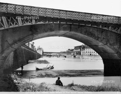 BGA-F-023611-0000 - Veduta del fiume Arno con il ponte Vecchio e un renaiolo al lavoro, Firenze - Data dello scatto: 1920-1930 ca. - Archivi Alinari-archivio Brogi, Firenze