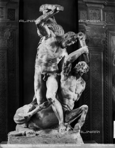 BGA-F-025776-0000 - Ercole uccide il centauro Nesso, statua in marmo di Vincenzo de' Rossi, Firenze, Palazzo Vecchio, Salone de' Cinquecento - Data dello scatto: 1937 - Archivi Alinari, Firenze