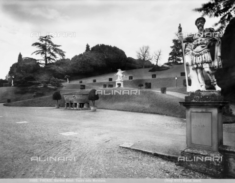 BGA-F-025810-0000 - Veduta del giardino di Boboli: in primo piano statua di antico romano, sullo sfondo una vasca in granito e la statua del cavallo Pegaso - Data dello scatto: 1890 ca. - Archivi Alinari, Firenze