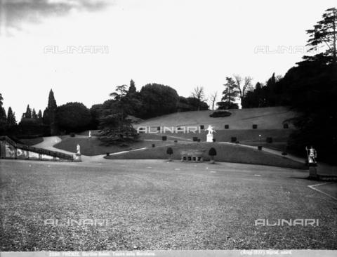 BGA-F-025811-0000 - Veduta del giardino di Boboli: sullo sfondo una vasca di granito e la statua del cavallo Pegaso - Data dello scatto: 1890 ca. - Archivi Alinari, Firenze