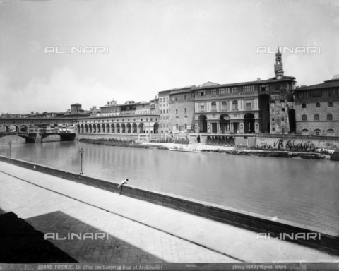BGA-F-026442-0000 - Lungarno Diaz and Archibusieri with the Uffizi portico, Florence - Date of photography: 1940 - Alinari Archives-Brogi Archive, Florence