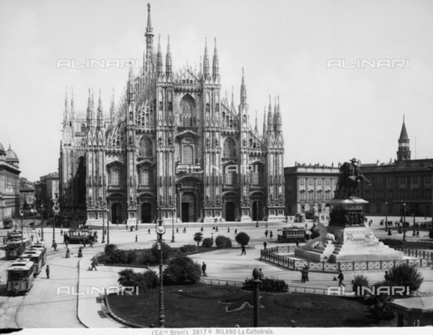 BGA-F-03817A-0000 - View with people of the Cathedral Square in Milan.