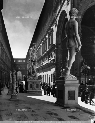 BGA-F-20316A-0000 - Arengario of Palazzo Vecchio with the copy of Michelangelo's David and the Ercole and Caco di Baccio Bandinelli; in the background the Uffizi square, Florence - Date of photography: 1920-1930 ca. - Alinari Archives-Brogi Archive, Florence