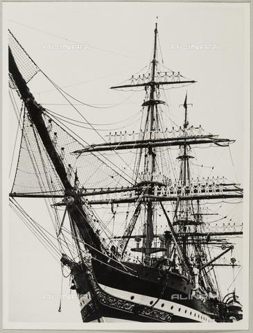 """BMD-A-000001-0015 - Regia Nave Scuola """"Amerigo Vespucci"""": marinai sui pennoni della nave - Data dello scatto: 1938 ca. - Raccolte Museali Fratelli Alinari (RMFA)-donazione Miniati, Firenze"""