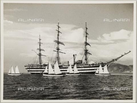 """BMD-A-000001-0016 - Regia Nave Scuola """"Amerigo Vespucci"""" con altre piccole imbarcazioni - Data dello scatto: 1938 ca. - Raccolte Museali Fratelli Alinari (RMFA)-donazione Miniati, Firenze"""