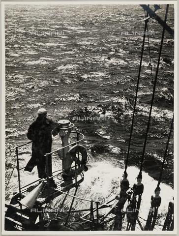 """BMD-A-000001-0028 - Regia Nave Scuola """"Amerigo Vespucci"""": marinaio - Data dello scatto: 1938 ca. - Raccolte Museali Fratelli Alinari (RMFA)-donazione Miniati, Firenze"""