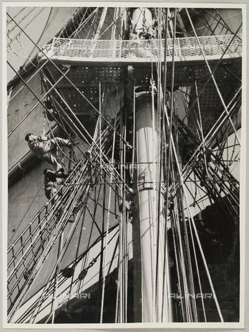 """BMD-A-000001-0031 - Regia Nave Scuola """"Amerigo Vespucci"""": Uno dei tre alberi della nave - Data dello scatto: 1938 ca. - Raccolte Museali Fratelli Alinari (RMFA)-donazione Miniati, Firenze"""