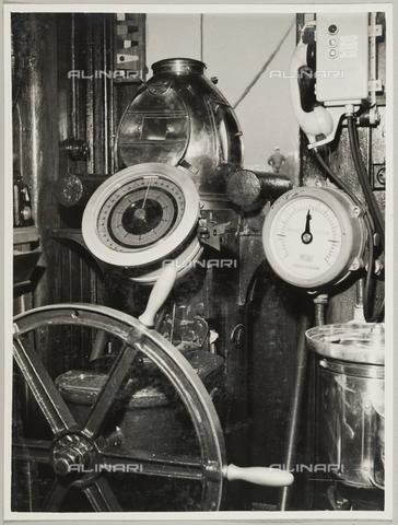 """BMD-A-000001-0038 - Regia Nave Scuola """"Amerigo Vespucci"""": cabina di comando - Data dello scatto: 1938 ca. - Raccolte Museali Fratelli Alinari (RMFA)-donazione Miniati, Firenze"""