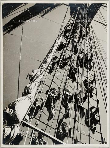 """BMD-A-000001-0042 - Regia Nave Scuola """"Amerigo Vespucci"""": marinai sulla scala di corda - Data dello scatto: 1938 ca. - Raccolte Museali Fratelli Alinari (RMFA)-donazione Miniati, Firenze"""