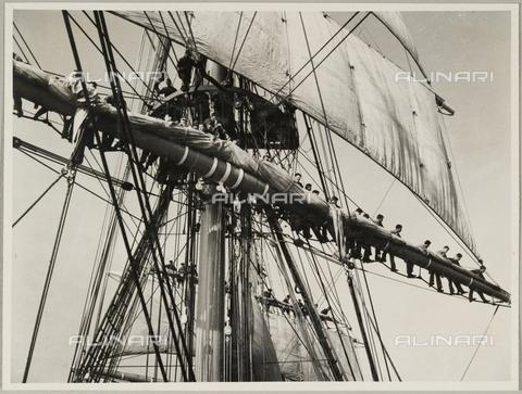 """BMD-A-000001-0051 - Regia Nave Scuola """"Amerigo Vespucci"""": marinai disposti sui pennoni - Data dello scatto: 1938 ca. - Raccolte Museali Fratelli Alinari (RMFA)-donazione Miniati, Firenze"""