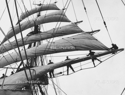 """BMD-A-000001-0059 - Regia Nave Scuola """"Amerigo Vespucci"""": marinai disposti sui pennoni della nave - Data dello scatto: 1938 ca. - Raccolte Museali Fratelli Alinari (RMFA)-donazione Miniati, Firenze"""