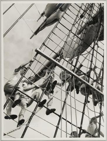 """BMD-A-000001-0063 - Regia Nave Scuola """"Amerigo Vespucci"""": marinai sulla scala di corda - Data dello scatto: 1938 ca. - Raccolte Museali Fratelli Alinari (RMFA)-donazione Miniati, Firenze"""