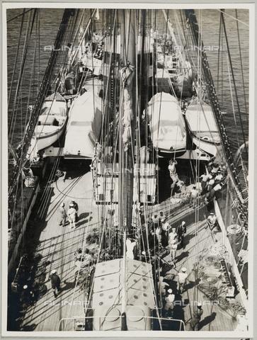 """BMD-A-000001-0065 - Regia Nave Scuola """"Amerigo Vespucci"""": marinai sul ponte - Data dello scatto: 1938 ca. - Raccolte Museali Fratelli Alinari (RMFA)-donazione Miniati, Firenze"""