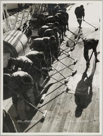 """BMD-A-000001-0067 - Regia Nave Scuola """"Amerigo Vespucci"""": marinai sul ponte - Data dello scatto: 1938 ca. - Raccolte Museali Fratelli Alinari (RMFA)-donazione Miniati, Firenze"""