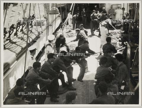 """BMD-A-000001-0068 - Regia Nave Scuola """"Amerigo Vespucci"""": marinai sul ponte - Data dello scatto: 1938 ca. - Raccolte Museali Fratelli Alinari (RMFA)-donazione Miniati, Firenze"""