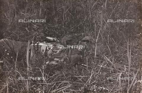 BMD-F-000683-0000 - Prima guerra Mondiale: cadavere di un soldato - Data dello scatto: 1915-1918 - Raccolte Museali Fratelli Alinari (RMFA)-donazione Miniati, Firenze