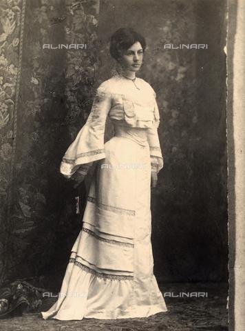 BMD-F-000986-0000 - Ritratto di giovane donna - Data dello scatto: 1925 - 1930 ca. - Archivi Alinari, Firenze