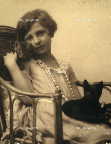 BMD-F-001631-0000 - Portrait of a baby sitting on a seat with two little cats