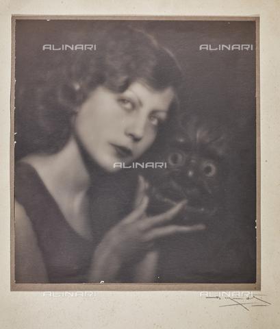 BMD-F-001782-0000 - Ritratto femminile con maschera - Data dello scatto: 1930-1940 - Raccolte Museali Fratelli Alinari (RMFA)-donazione Miniati, Firenze