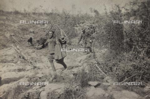 """BPD-A-000249-0101 - Album """"Jack Bosio-Campagna di guerra 1917-1920"""": Soldati prigionieri che scendono da una montagna a quota 130 - Data dello scatto: 02/1917 - Archivi Alinari, Firenze"""