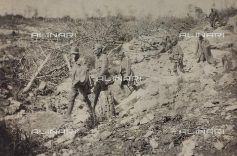 """BPD-A-000249-0103 - Album """"Jack Bosio-Campagna di guerra 1917-1920"""": Soldati prigionieri che scendono da una montagna a quota 130 - Data dello scatto: 02/1917 - Archivi Alinari, Firenze"""