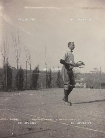 """BPD-A-000250-0028 - Album """"Campagna di guerra 1915-1916-1917-1918, tenente Jack Bosio"""": ritratto maschile durante una partita di tennis"""