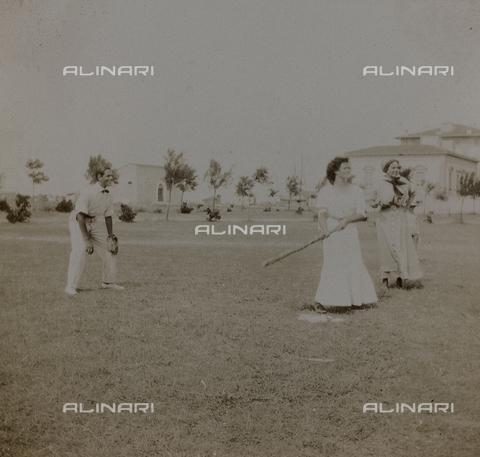 """BPD-A-000250-0045 - Album """"Campagna di guerra 1915-1916-1917-1918, tenente Jack Bosio"""": gioco del baseball a Forte dei Marmi, Versilia"""