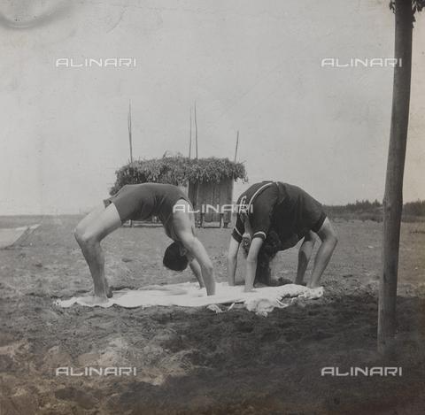 """BPD-A-000250-0089 - Album """"Campagna di guerra 1915-1916-1917-1918, tenente Jack Bosio"""": esercizio ginnico sulla spiaggia di Forte dei Marmi, Versilia"""
