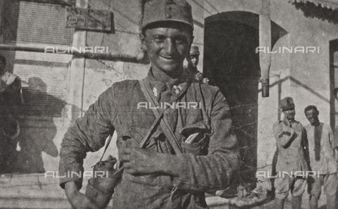 """BPD-A-000250-0531 - Album """"Campagna di guerra 1915-1916-1917-1918, tenente Jack Bosio"""": soldato ungherese prigioniero - Data dello scatto: 08/1917 - Archivi Alinari, Firenze"""