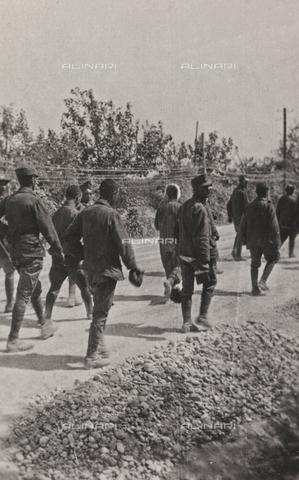 """BPD-A-000250-0548 - Album """"Campagna di guerra 1915-1916-1917-1918, tenente Jack Bosio"""": prigionieri austriaci e ungheresi - Data dello scatto: 09/1917 - Archivi Alinari, Firenze"""