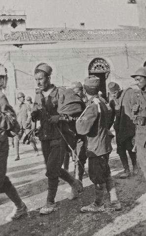 """BPD-A-000250-0549 - Album """"Campagna di guerra 1915-1916-1917-1918, tenente Jack Bosio"""": prigionieri austriaci e ungheresi - Data dello scatto: 09/1917 - Archivi Alinari, Firenze"""