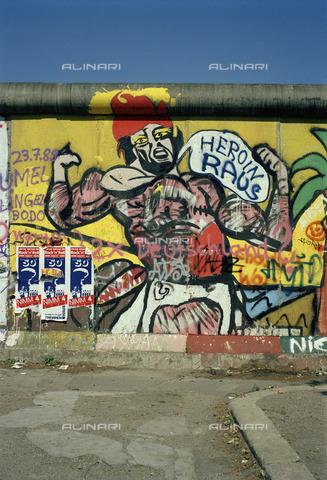 """BPK-S-AA0004-4241 - Muro di Berlino con graffiti """"Heroin Out"""" - Data dello scatto: 06-08/1989 - BPK/Archivi Alinari, Hans W. Mende"""