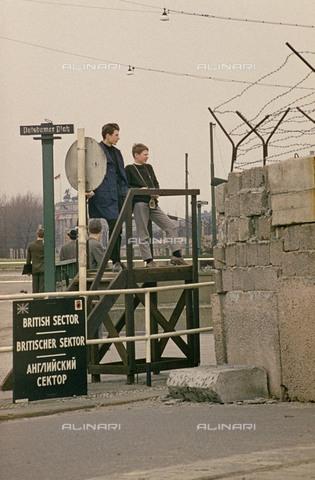 BPK-S-AA0008-0996 - Turisti guardano dalle tribune in Potsdamer Platz a Berlino Est oltre il Muro di Berlino - Data dello scatto: 1962 ca. - BPK/Archivi Alinari, Oskar Dahlke