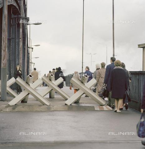 BPK-S-AA0010-6032 - I berlinesi occidentali attraversano l'Oberbaumbrà¼cke per una visita a Berlino Est - Data dello scatto: 03/1972 - BPK/Archivi Alinari, Klaus Lehnartz