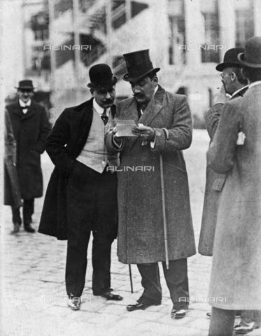 BPK-S-AA1000-8893 - The Italian tenor Enrico Caruso (1873-1921) in front of the Berlin Opera House - Date of photography: 1912 ca. - BPK/Alinari Archives