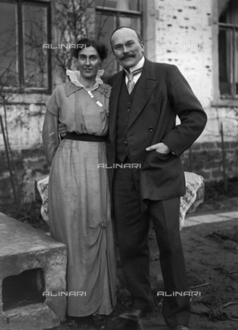 BPK-S-AA2002-9817 - Portrait of a couple of pharmacists from the region near the river Weser in Germany - Data dello scatto: 1910 ca. - BPK/Alinari Archives