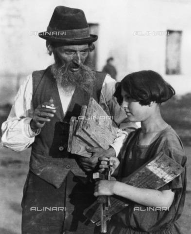 BPK-S-AA2002-9988 - Father and daughter - Data dello scatto: 1915 ca. - Alter Kacyzne / BPK/Alinari Archives