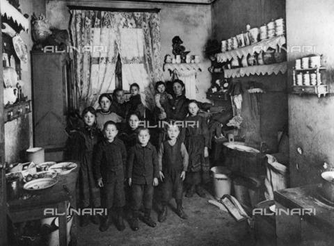 BPK-S-AA2003-0036 - Portrait of a family with nine children in Weißensee, Kronprinzenstraße, Berlin - Data dello scatto: 1907 - Heinrich Lichte / BPK/Alinari Archives