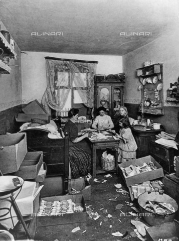 BPK-S-AA2003-0267 - The room where a tuberculosis sick mother lives with her two children in Manteuffelstraße in Berlin - Data dello scatto: 1911 - Heinrich Lichte / BPK/Alinari Archives