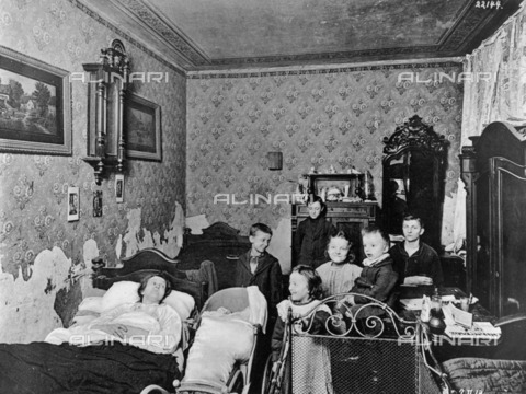 BPK-S-AA2003-0276 - Portrait of a family living in a single room on Wittstockerstrasse in Berlin - Data dello scatto: 1913 - Heinrich Lichte / BPK/Alinari Archives