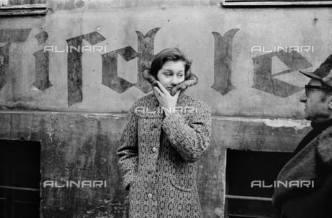 BPK-S-AA2003-2961 - Aspettando, Sophia Street a Berlino - Data dello scatto: 1976 - BPK/Archivi Alinari, Bernd Heyden