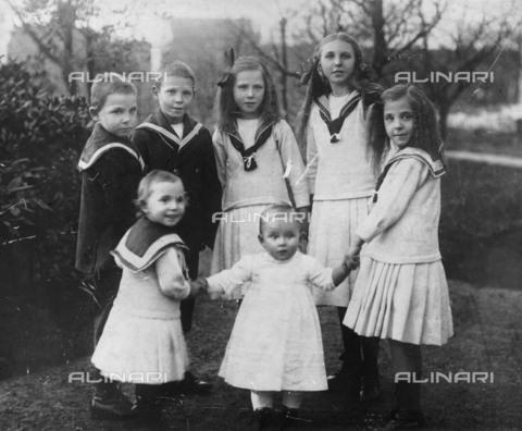 BPK-S-AA2003-4036 - Children dressed in seafaring - Data dello scatto: 1900 ca. - BPK/Alinari Archives
