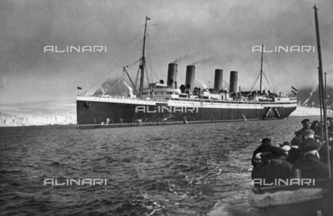 "BPK-S-AA2003-4278 - The ""Victoria Luise"" cruise ship on the island of Spitsbergen in Norway - Data dello scatto: 1912 ca. - BPK/Alinari Archives"
