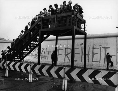BPK-S-AA2003-4703 - Gruppo di adolescenti su un ponte di osservazione nella zona orientale di Berlino guardano la città oltre il muro - Data dello scatto: 1977 - BPK/Archivi Alinari, Abisag Tà¼llmann