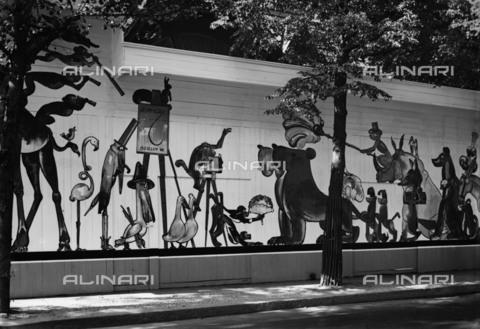 BPK-S-AA2004-5450 - Recinto dello zoo dipinto dal pittore berlinese Cay con murales raffiguranti caricature di animali - Data dello scatto: 1928 - BPK/Archivi Alinari, Kunstbibliothek, SMB, Photothek Willy Rà¶mer / Willy Rà¶mer