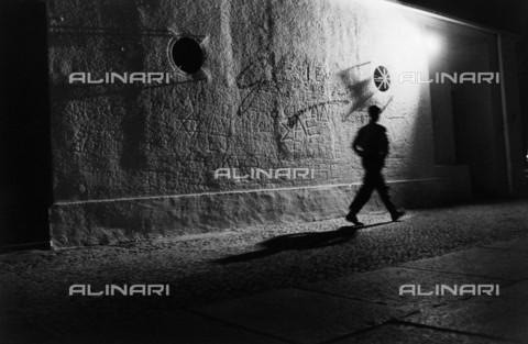 BPK-S-AA2004-5474 - Ragazzo passa davanti al vecchio Eden Bar sul Kurfà¼rstendamm a Berlino - Data dello scatto: 04/1986 - BPK/Archivi Alinari, Esther Colton